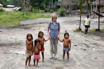 Helga mit Yanomami Kindern