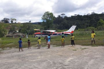 Ankunft mit dem Flugzeug im Indio-Dorf